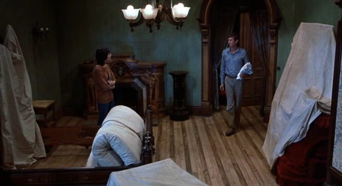 an analysis of parlor scene in psycho The scene begins with what appears to be an innocent invitation from norman to marion crane, the unsuspecting guest at the bates motel, to come into the parlor.
