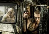 Сцена из фильма Безумный Макс: Дорога ярости / Mad Max: Fury Road (2015)